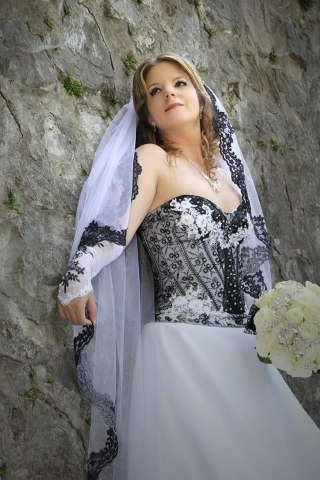 fekete fehér menyasszonyi ruha