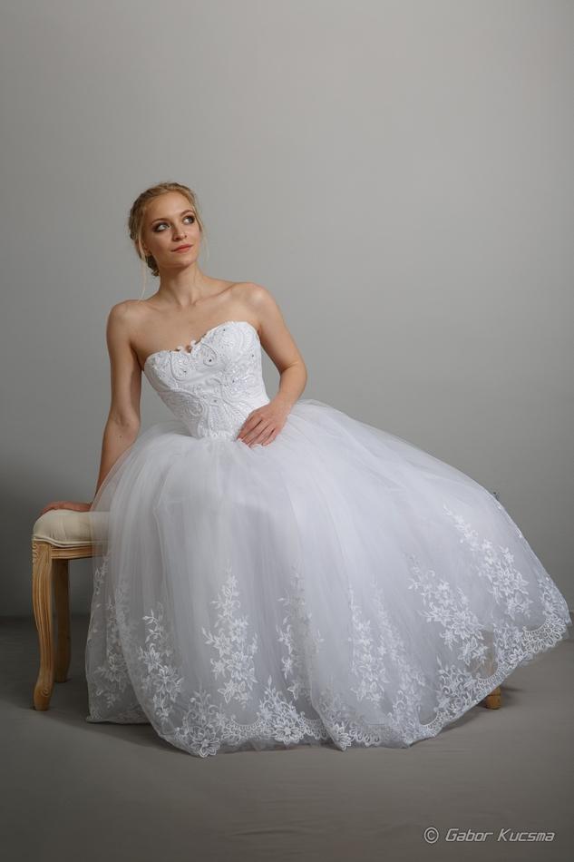 csipke menyasszonyi ruha
