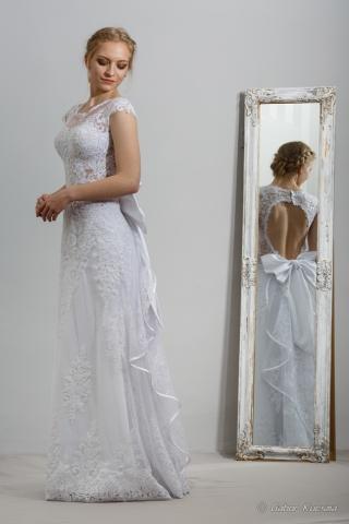 Hátkivágott menyasszonyi ruha